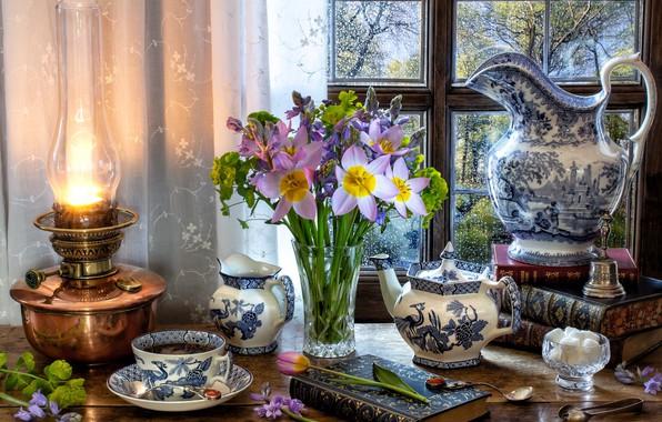 Картинка цветы, стиль, чай, книги, лампа, букет, чайник, окно, кружка, чашка, тюльпаны, сахар, кувшин