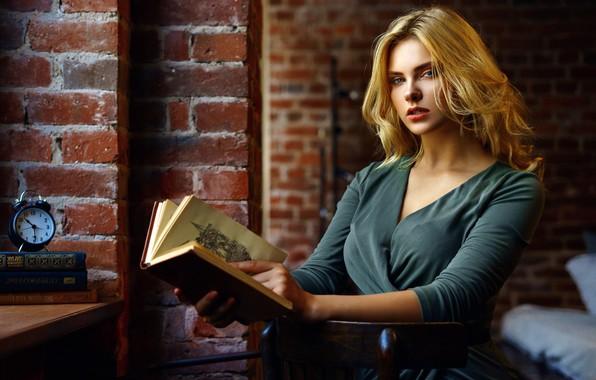 Картинка взгляд, поза, стена, модель, часы, кровать, портрет, кирпич, макияж, платье, будильник, прическа, блондинка, книга, красотка, …