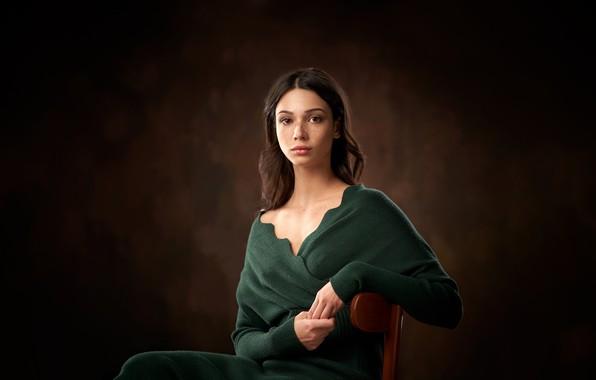 Картинка взгляд, поза, фон, модель, портрет, макияж, прическа, шатенка, сидит, на стуле, Александр Виноградов, Mariya Volokh