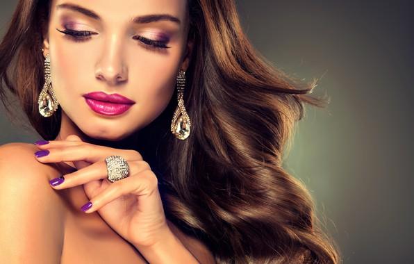 Картинка девушка, лицо, рука, макияж, кольцо, прическа, girl, украшение, сережки, маникюр, jewelry