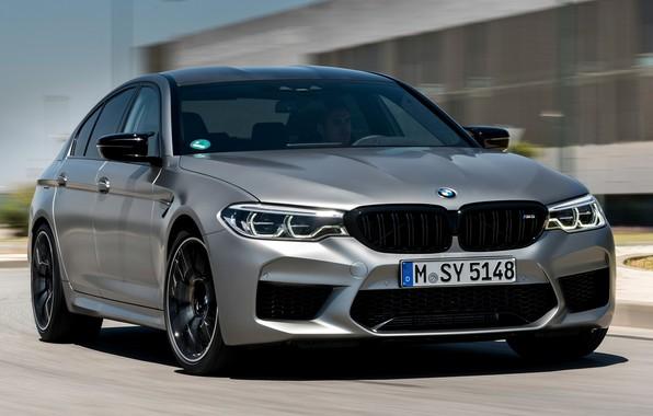 Картинка дорога, серый, здание, скорость, BMW, седан, 4x4, 2018, четырёхдверный, M5, V8, F90, M5 Competition