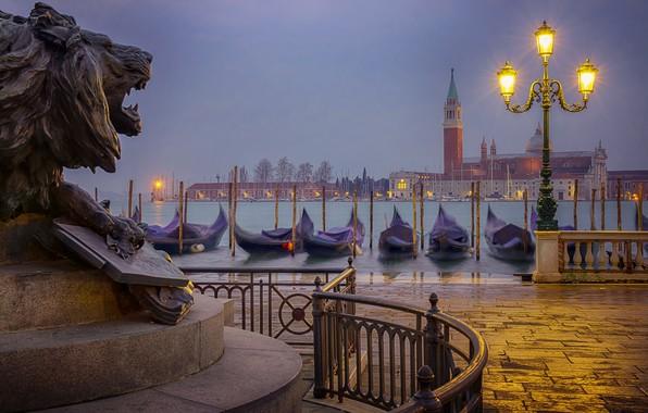 Картинка город, лодки, утро, фонари, Италия, Венеция, канал, скульптура, набережная