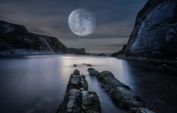 Картинка море, горы, ночь, скалы, луна, берег, огромная, полнолуние, водоем