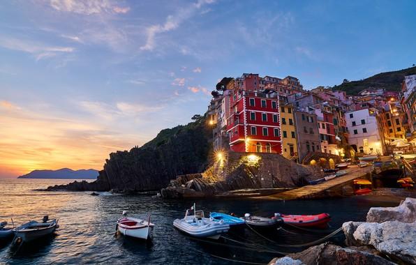 Картинка море, пейзаж, закат, камни, скалы, дома, лодки, вечер, причал, освещение, фонари, Италия, Italy, Riomaggiore, Риомаджоре, …