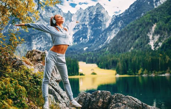 Картинка девушка, горы, озеро, наушники, фитнес