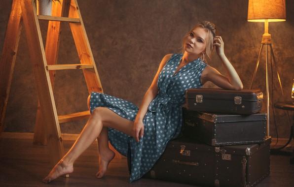 Картинка девушка, поза, горошек, платье, фонарь, торшер, чемоданы, стремянка, Иван Лосев