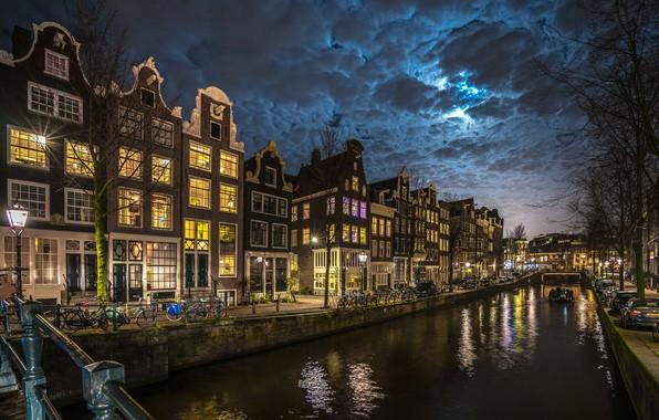 Картинка облака, ночь, город, дома, освещение, Амстердам, фонари, канал, Нидерланды, набережная, велосипеды, Голландия