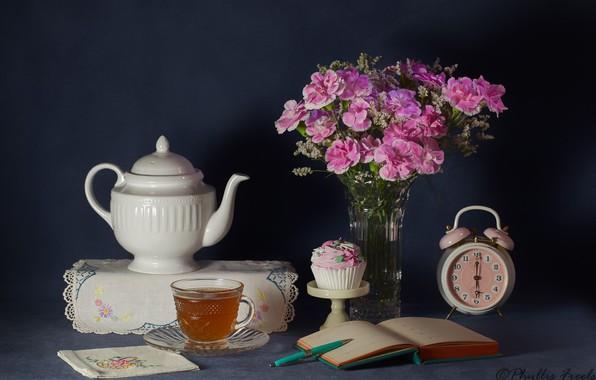 Картинка цветы, стиль, фон, чай, чайник, будильник, натюрморт, салфетка, гвоздики, кексик