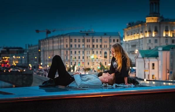 Картинка девушка, мост, Москва, парень, влюблённые, парапет, Юрий Шурчков