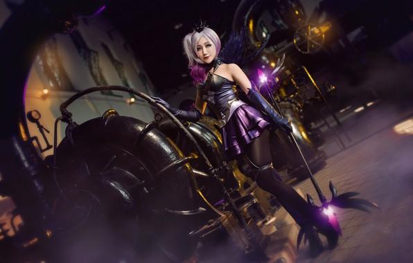 Картинка фиолетовый, взгляд, девушка, огни, поза, стиль, оружие, фон, магия, ноги, завод, темный, крылья, техника, чулки, …