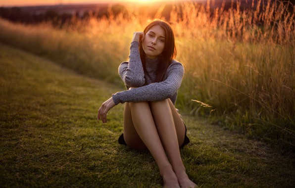 Картинка трава, солнце, природа, поза, модель, юбка, портрет, босиком, макияж, фигура, прическа, шатенка, ножки, красотка, сидит, ...