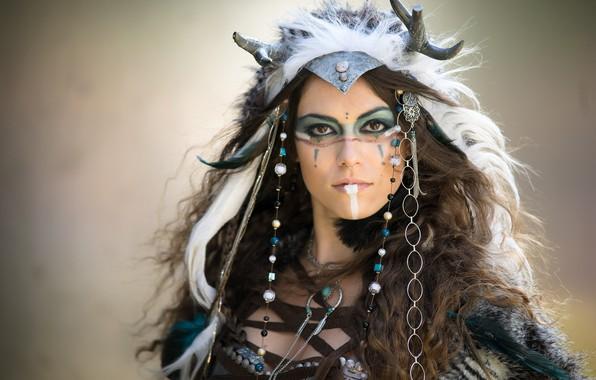 Картинка взгляд, украшения, лицо, фон, портрет, перья, макияж, прическа, наряд, рога, шатенка, красотка, боке, боевая раскраска, …