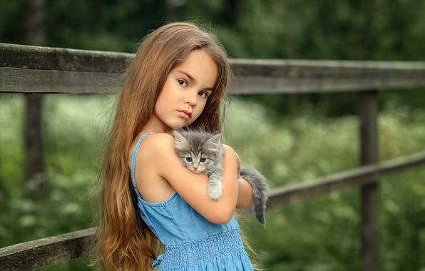 Картинка взгляд, малыш, дружба, девочка, котёнок, друзья, длинные волосы