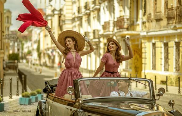 Картинка машина, авто, поза, ретро, настроение, шляпа, платье, водитель, шляпка, парень, кабриолет, две девушки, Геннадий Клименко