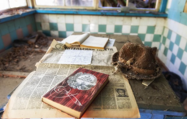 Картинка комната, шляпа, газета, книга, Чернобыль, зона отчуждения