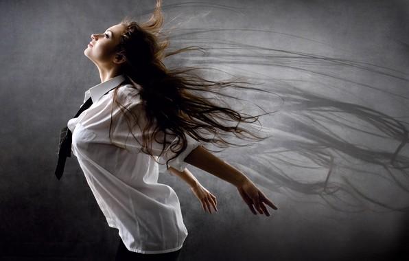 Картинка девушка, поза, фон, настроение, волосы, крылья, тень, руки, макияж, прическа, галстук, белая, рубашка, шатенка, красивая, …