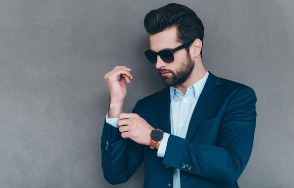 Картинка стиль, фон, стена, часы, очки, прическа, костюм, мужчина, рубашка, борода, парень, пиджак