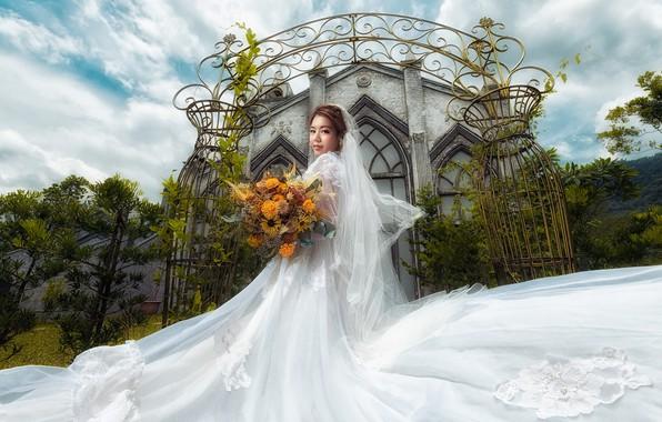 Картинка небо, взгляд, девушка, облака, цветы, праздник, белое, здание, букет, ворота, поворот, сад, арки, азиатка, невеста, …