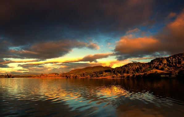 Картинка лес, небо, облака, пейзаж, закат, горы, озеро, река, холмы, берег, красота, даль, вечер, рябь, освещение, …