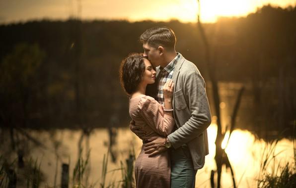 Картинка девушка, река, романтика, платье, объятия, пара, мужчина, влюбленные