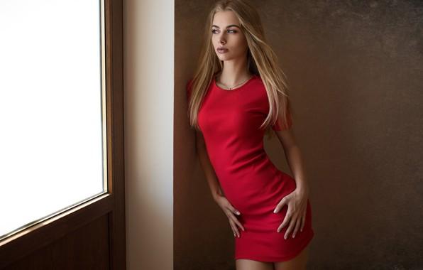 Картинка поза, стена, модель, портрет, макияж, фигура, стройная, платье, прическа, блондинка, красотка, стоит, в красном, сексуальная, …