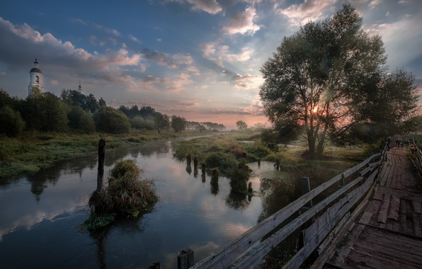 Картинка трава, солнце, облака, лучи, деревья, пейзаж, природа, туман, рассвет, село, утро, церковь, мостик, кусты, берега, …