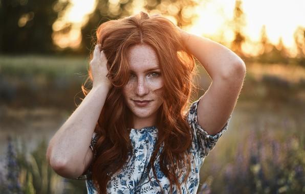 Картинка взгляд, девушка, лицо, волосы, портрет, руки, веснушки, рыжая, рыжеволосая, конопатая