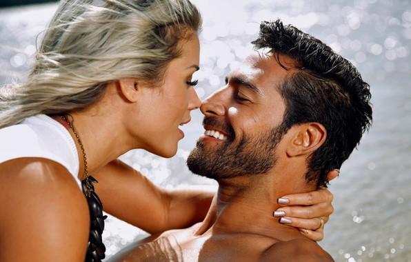Картинка wet, river, smile, water, bath, man, kiss, couple, brunette, blonde, joy, Aryane Steinkopf, necklace, beard, …