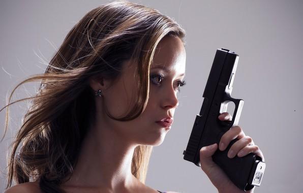 Картинка взгляд, поза, оружие, актриса, hair, look, pose, actress, Саммер Глау, Summer Glau, Terminator:The Sarah Connor …