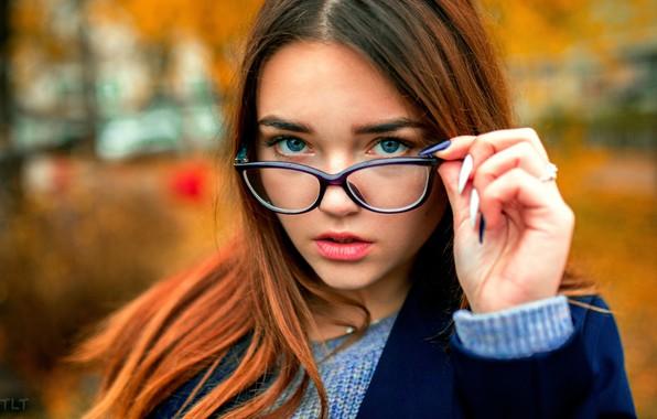 Картинка осень, взгляд, девушка, поза, модель, портрет, макияж, очки, прическа, красивая, пальто, рыженькая, боке, Александр Сухарь, …