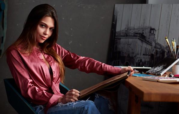 Картинка взгляд, девушка, поза, фото, краски, блузка, красивая, кисти, рисует, Сергей Ольшевский