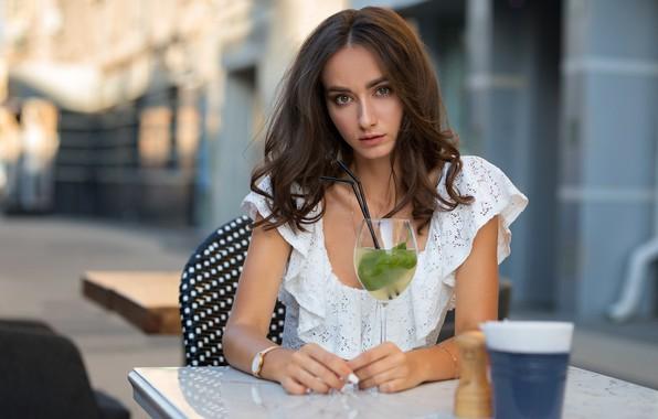 Картинка взгляд, модель, бокал, портрет, макияж, платье, прическа, коктейль, шатенка, красивая, сидит, Julia, в белом, боке, …