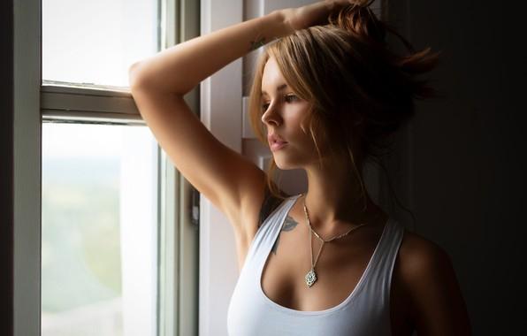 Картинка секси, поза, модель, портрет, макияж, майка, тату, прическа, белая, шатенка, красотка, стоит, у окна, Анастасия …