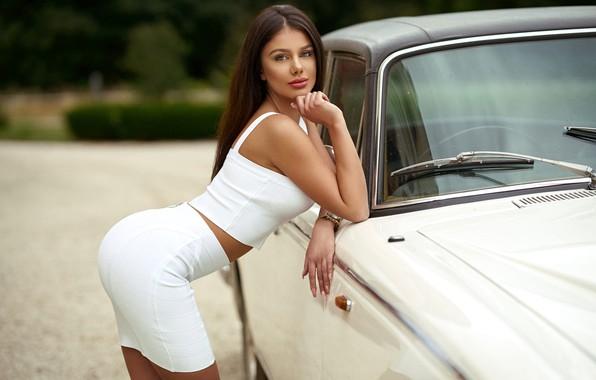 Картинка взгляд, секси, поза, модель, юбка, портрет, макияж, майка, фигура, прическа, шатенка, красотка, стоит, автомобиль, в …