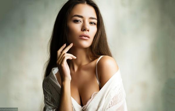 Картинка взгляд, поза, фон, модель, портрет, макияж, прическа, шатенка, красотка, в белом, боке, Александра Харламова, Александра …