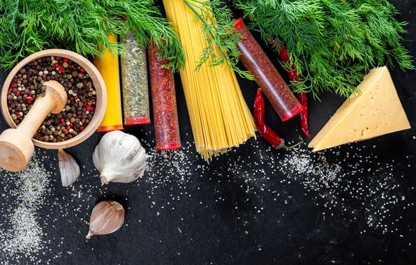 Картинка зелень, темный фон, стол, еда, сыр, укроп, баночки, перец, спагетти, пряности, специи, чеснок, ступка, чили, …