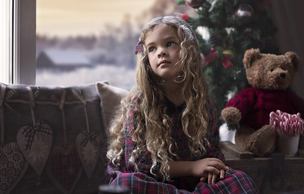 Картинка взгляд, комната, настроение, праздник, игрушка, новый год, рождество, подушки, окно, конфеты, мишка, девочка, ёлка, ребёнок, …