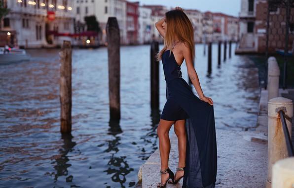 Картинка девушка, поза, модель, фигура, платье, Италия, Венеция, канал, набережная, Marco Squassina, Eleonora Fabris
