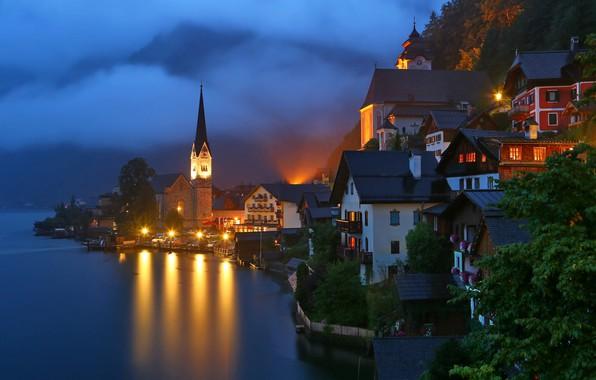 Картинка ночь, туман, озеро, башня, дома, Австрия, освещение, фонари, городок, Hallstatt, Гальштат, община