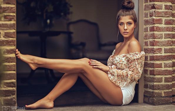 Картинка взгляд, девушка, поза, шорты, декольте, блузка, ножки, плечи, Wojtek Polaczkiewicz