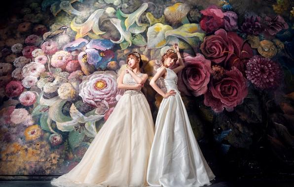 Фото обои цветы, стиль, темный фон, фон, девушки, стена, две, розы, букет, белые, живопись, дуэт, роспись, азиатки, ...