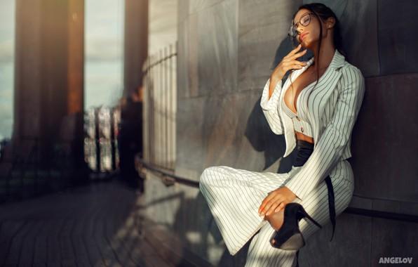 Картинка девушка, поза, настроение, очки, костюм, туфли, жакет, брюки, закрытые глаза, Daria Shy, Евгений Ангелов, Angelov