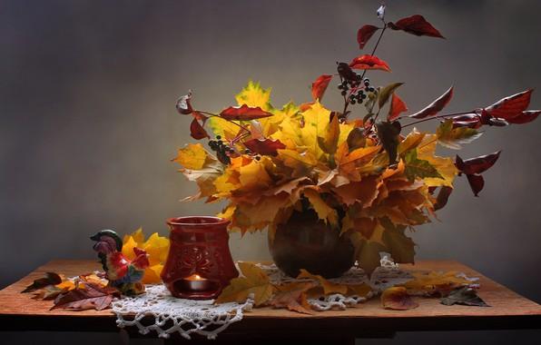 Картинка листья, ветки, ягоды, свеча, ваза, натюрморт, столик, подсвечник, салфетка, фигурка, петух, Ковалёва Светлана