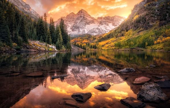 Картинка осень, лес, облака, закат, горы, отражение, камни, вершины, ели, водоем