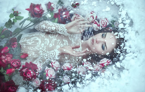 Картинка холод, лед, зима, девушка, снег, цветы, лицо, поза, белое, розы, лёд, руки, платье, фотограф, лежит, ...
