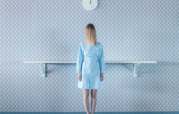 Картинка девушка, стена, часы, халат