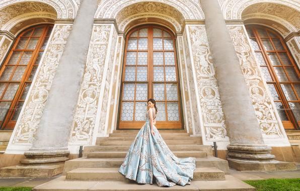 Картинка девушка, поза, стиль, голубое, здание, окна, двери, платье, лестница, колонны, ступени, арки, азиатка, стоит, архитектура, …