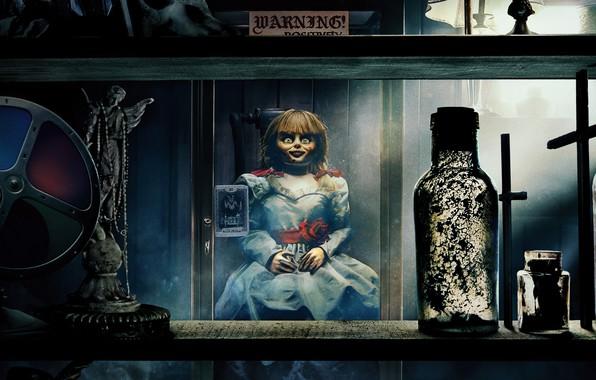 Картинка взгляд, стекло, комната, кукла, ужасы, doll, Проклятие Аннабель 3, Annabelle Comes Home