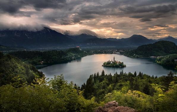 Картинка облака, пейзаж, горы, тучи, природа, озеро, рассвет, утро, часовня, островок, леса, Словения, Блед