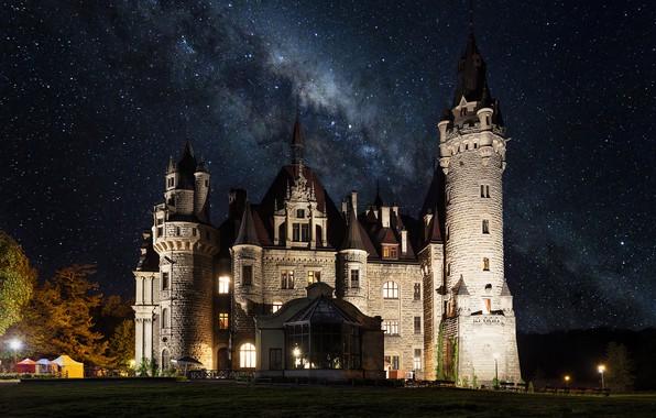 Картинка небо, пейзаж, ночь, звёзды, освещение, Польша, башни, архитектура, млечный путь, Мошненский замок, Moszna Castle, Мошна